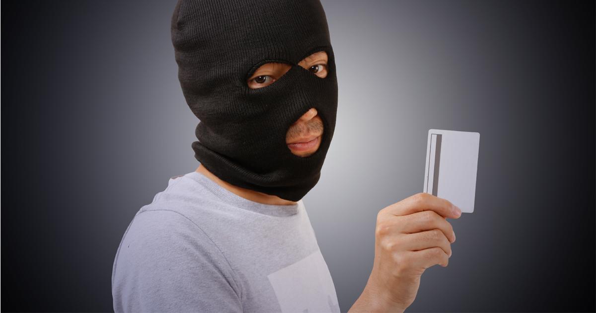 クレジットカードを不正使用する男